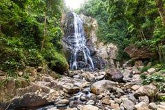 A cascata bonita cai nas rochas Fotos de Stock Royalty Free