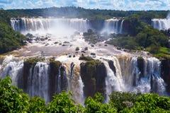 Cascata bonita das cachoeiras com nuvens e selva. Iguassu foto de stock royalty free