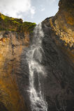 Cascata caucasica alta nelle montagne Immagini Stock