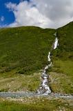 Cascata che cade dalla montagna verso Fotografie Stock Libere da Diritti