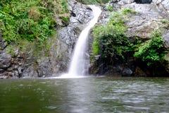 Cascata che entra sopra le rocce nella foresta Fotografia Stock