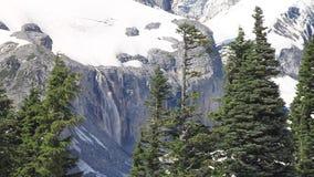 Cascata che precipita a cascata da un ghiacciaio video d archivio