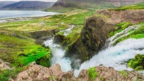 Cascata che sfocia in una valle, Islanda Immagine Stock