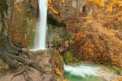 Cascata con due cascate e un ponte di legno Fotografia Stock Libera da Diritti