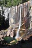 Cascata con il Rainbow in Yosemite Fotografia Stock Libera da Diritti