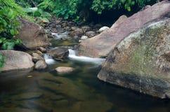Cascata con la pietra di muschio verde in foresta pluviale, Kiriwong Vil immagine stock libera da diritti