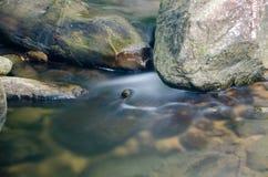 Cascata con la pietra di muschio verde in foresta pluviale, Kiriwong Vil fotografie stock