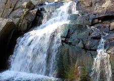 Cascata con le rocce variopinte Immagini Stock Libere da Diritti