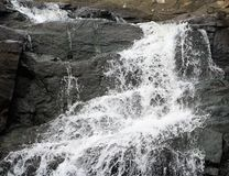 Cascata con le rocce variopinte Immagini Stock