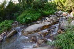 Cascata con movimento di acqua a Kanchanaburi, Tailandia Fotografia Stock
