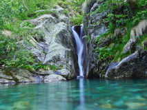 Cascata con poco lago Fotografia Stock