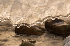 Cascata congelata con uno strato di ghiaccio Immagine Stock Libera da Diritti