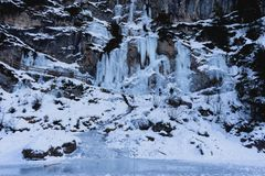 Cascata congelata - lago Braies - l'Italia immagine stock
