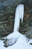 Cascata congelata su una montagna Fotografie Stock Libere da Diritti