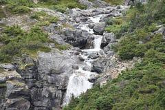 Cascata dal lato di una montagna Immagine Stock Libera da Diritti