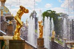Cascata das fontes em Peterhof, Rússia Fotografia de Stock Royalty Free