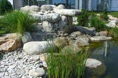 Cascata de pedra natural da cachoeira no projeto da lagoa Fotografia de Stock Royalty Free