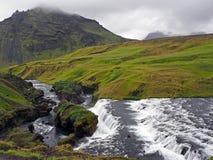 Cascata del fiume in erba verde ed in pietre mossed fotografia stock