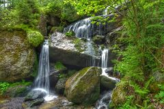 Cascata del fiume in montagna di Europa fotografia stock