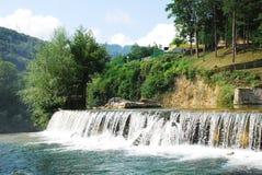 Cascata del fiume vicino alla cascata di Jajce Fotografie Stock Libere da Diritti