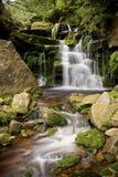 Cascata del flusso della montagna Immagini Stock Libere da Diritti