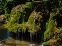 Cascata del flusso della montagna Cascata della montagna di Bigar, Fotografia Stock Libera da Diritti