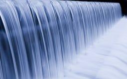 Cascata dell'acqua che effluisce giù Fotografie Stock