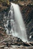 Cascata dell'alta montagna Paesaggio della montagna Fotografie Stock Libere da Diritti