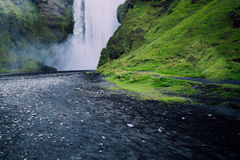 Cascata dell'Islanda Skogafoss e paesaggio naturale immagine stock