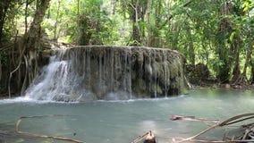 Cascata della cascata sette-a file nel parco nazionale di Erawan in Tailandia archivi video