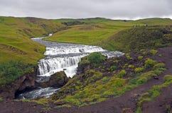 Cascata della cascata sul viaggio dell'Islanda in natura verde fotografia stock libera da diritti