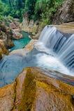 Cascata della giungla con acqua corrente, grandi rocce Fotografia Stock