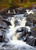 Cascata della montagna. acqua di ruscello veloce Fotografie Stock