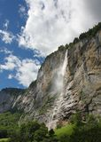 Cascata della montagna alle alpi svizzere Immagini Stock