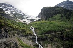 Cascata della montagna del ghiacciaio del bordo della strada Fotografia Stock Libera da Diritti