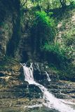 Cascata della montagna nella giungla Fiume nella giungla l'asia Sud-est asiatico immagini stock libere da diritti
