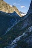 Cascata della montagna sul modo al ghiacciaio di Mendelhall immagine stock libera da diritti