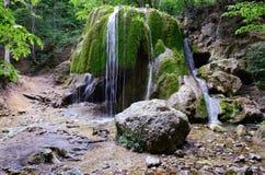 Cascata della sorgente in montagne della Crimea fotografie stock