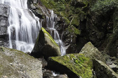 Cascata delle rocce liscie e taglienti Fotografie Stock