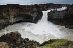 Cascata di Aldeyjarfoss con le colonne e le rocce circostanti del basalto Fotografie Stock