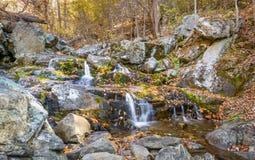 Cascata di caduta delle acque, Ridge Parkway blu, la Virginia Fotografia Stock