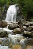 Cascata di Corbu. Montagne di Altai Immagine Stock