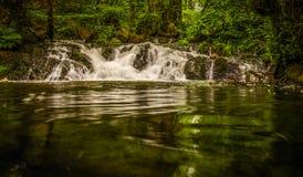 Cascata di Dess in Scozia con velocità tempo di otturazione lungo Fotografie Stock Libere da Diritti