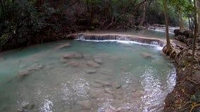 Cascata di Erawan, parco nazionale di Erawan in Kanchanaburi, Tailandia video d archivio