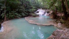 Cascata di Erawan, parco nazionale di Erawan in Kanchanaburi, Tailandia stock footage