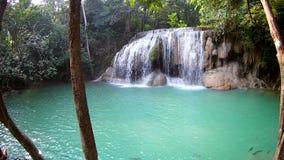Cascata di Erawan, parco nazionale di Erawan in Kanchanaburi, Tailandia archivi video