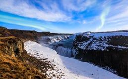 Cascata di Gullfoss con l'aurora borealis alla notte in Li della luna piena Fotografie Stock Libere da Diritti