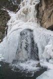 Cascata di inverno di ghiaccio congelato nelle montagne immagini stock libere da diritti
