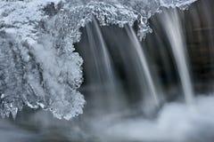 Cascata di inverno incorniciata da ghiaccio fotografia stock