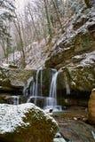 Cascata di inverno su un fiume di Kaverze della montagna immagine stock libera da diritti